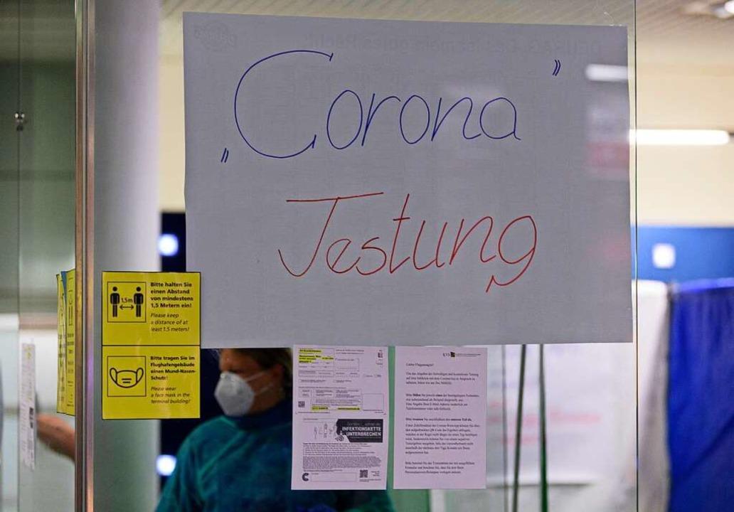 Teststation an einem Flughafen (Symbolbild)  | Foto: Robert Michael (dpa)