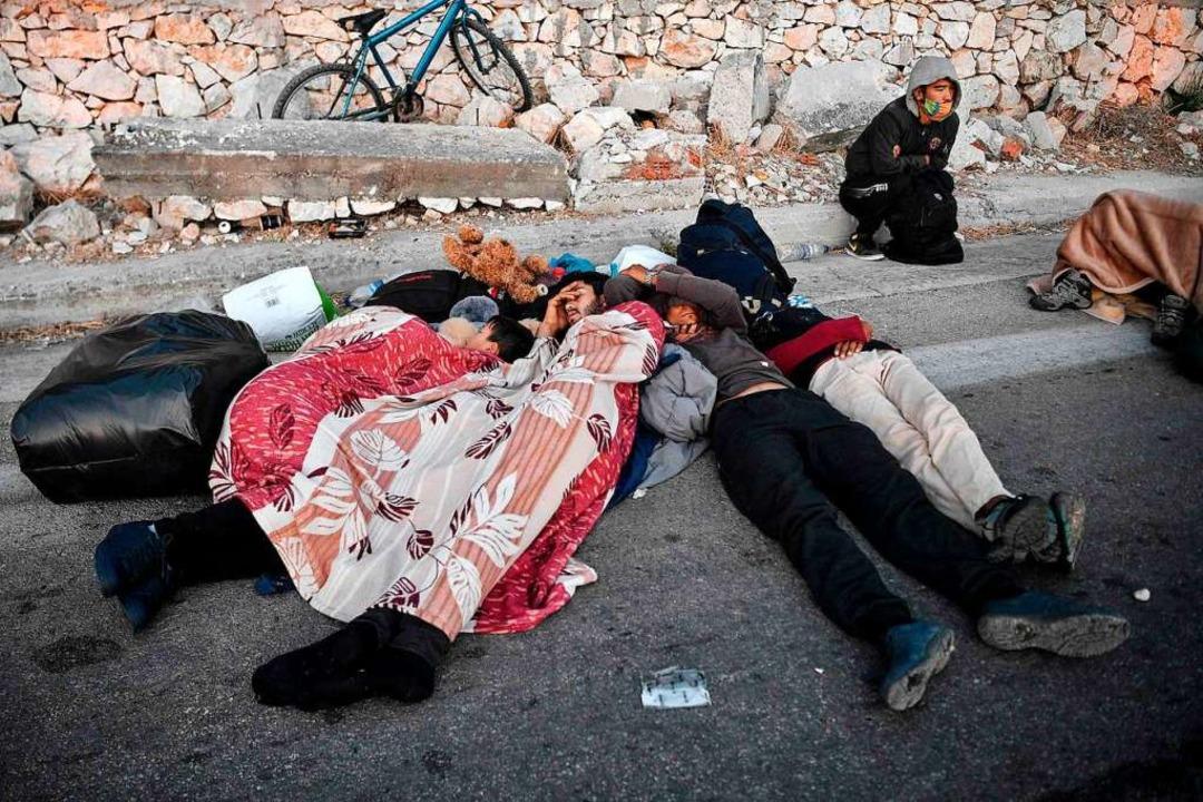 Viele Bewohner des Camps verbrachten d... Menschen an der Straße nach Mytilini.  | Foto: LOUISA GOULIAMAKI (AFP)