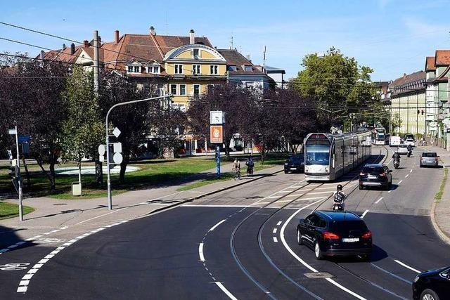 78-jähriger Autofahrer kollidiert nach Irrfahrt in Freiburg mit Straßenbahn