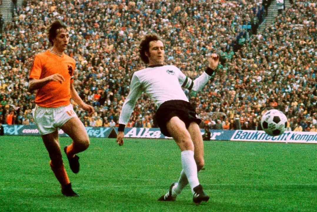 Franz Beckenbauer (r) und der Niederlä...le Deutschland gegen Niederlande 1974.    Foto: - (dpa)