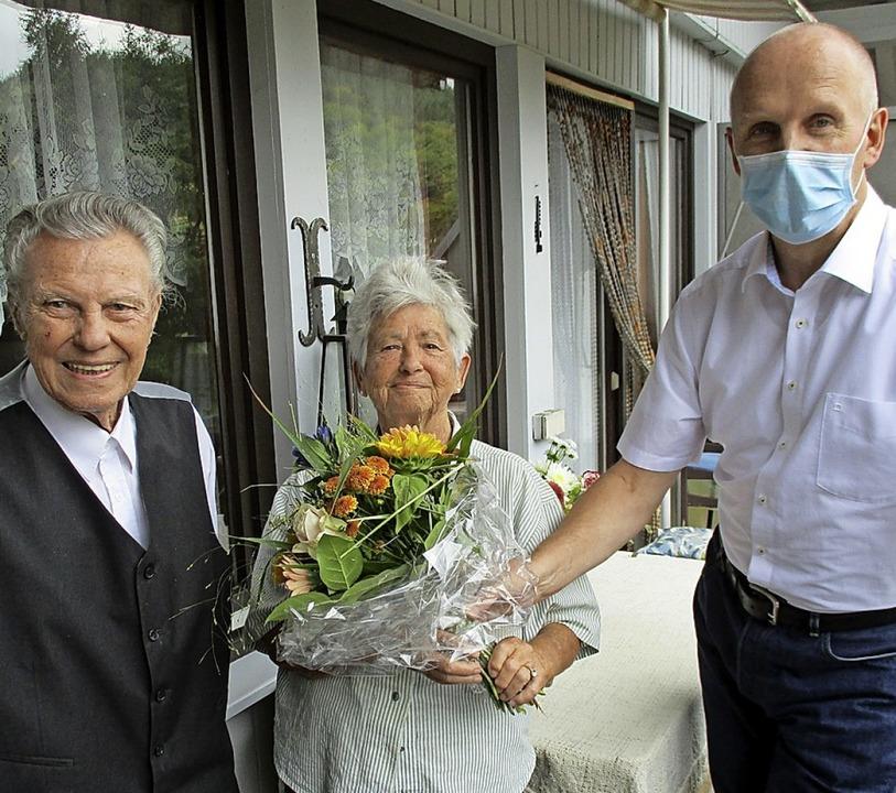 Corona-gerechte Gratulation:  Bürgerme... Rüdiger Ahlers und das Ehepaar Köhler    Foto: Manfred Lange