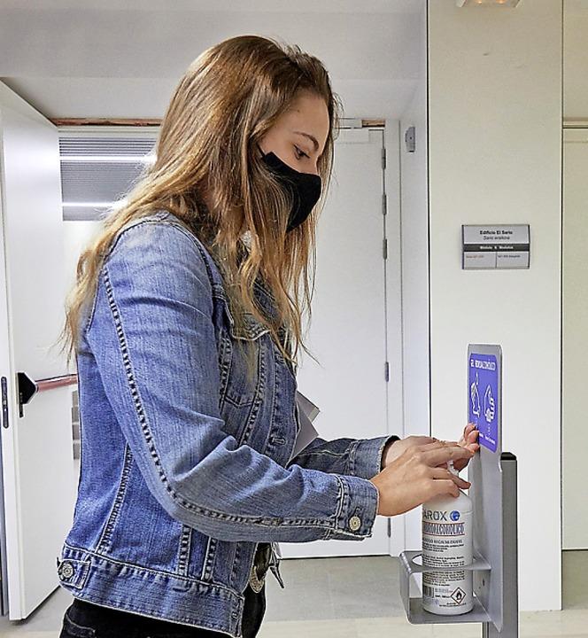 Regel Nummer Eins: regelmäßig Hände waschen und desinfizieren.  | Foto: Eduardo Sanz (dpa)