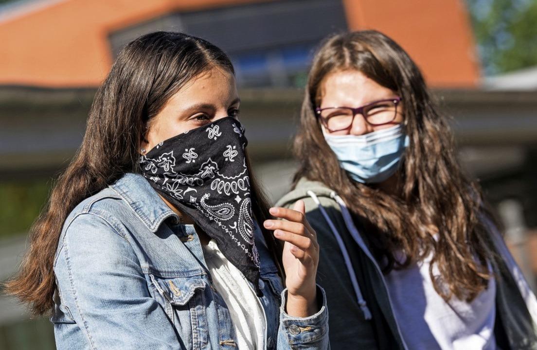 Auf den Gängen und den Pausenhöfen weiterführender Schulen gilt Maskenpflicht.  | Foto: Daniel Bockwoldt (dpa)
