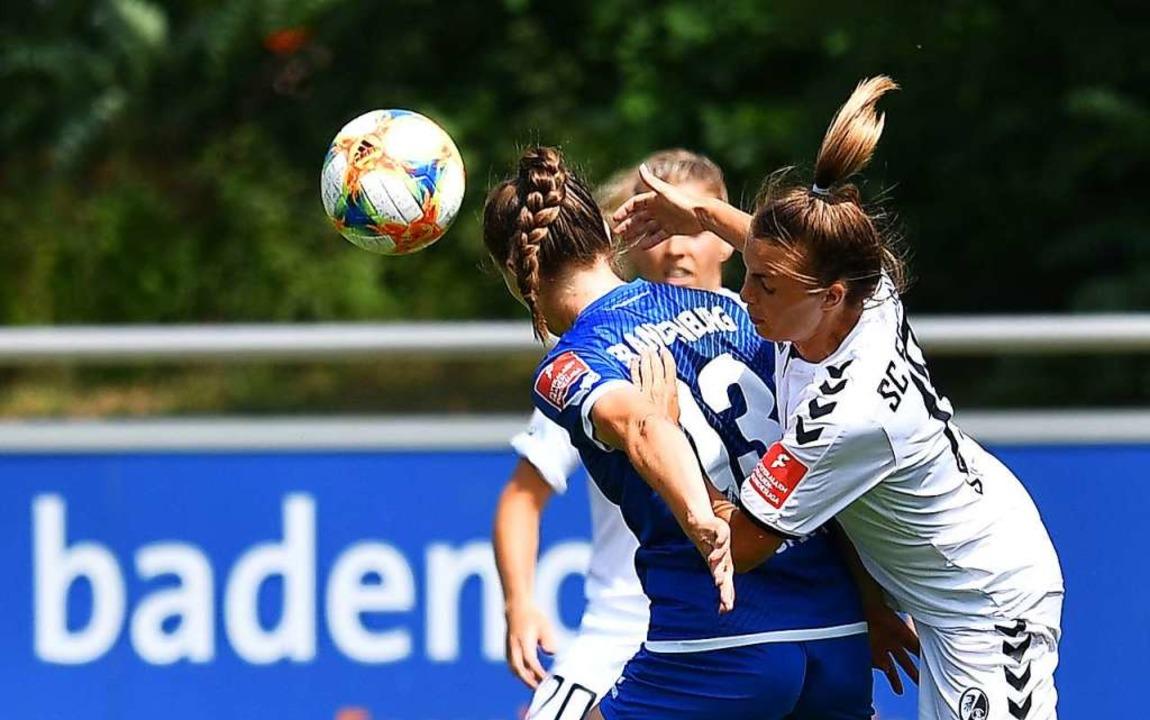 Auf dem Platz duellieren sich ausschli...den die Frauenteams meist von Männern.    Foto: Achim Keller