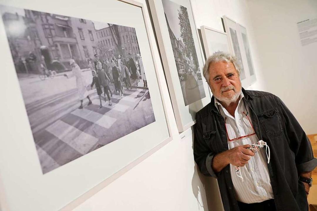 Fotograf  Rolf Dieterle vor einem Bild...ruppe über den Zebrastreifen geleitet.  | Foto: Christoph Breithaupt