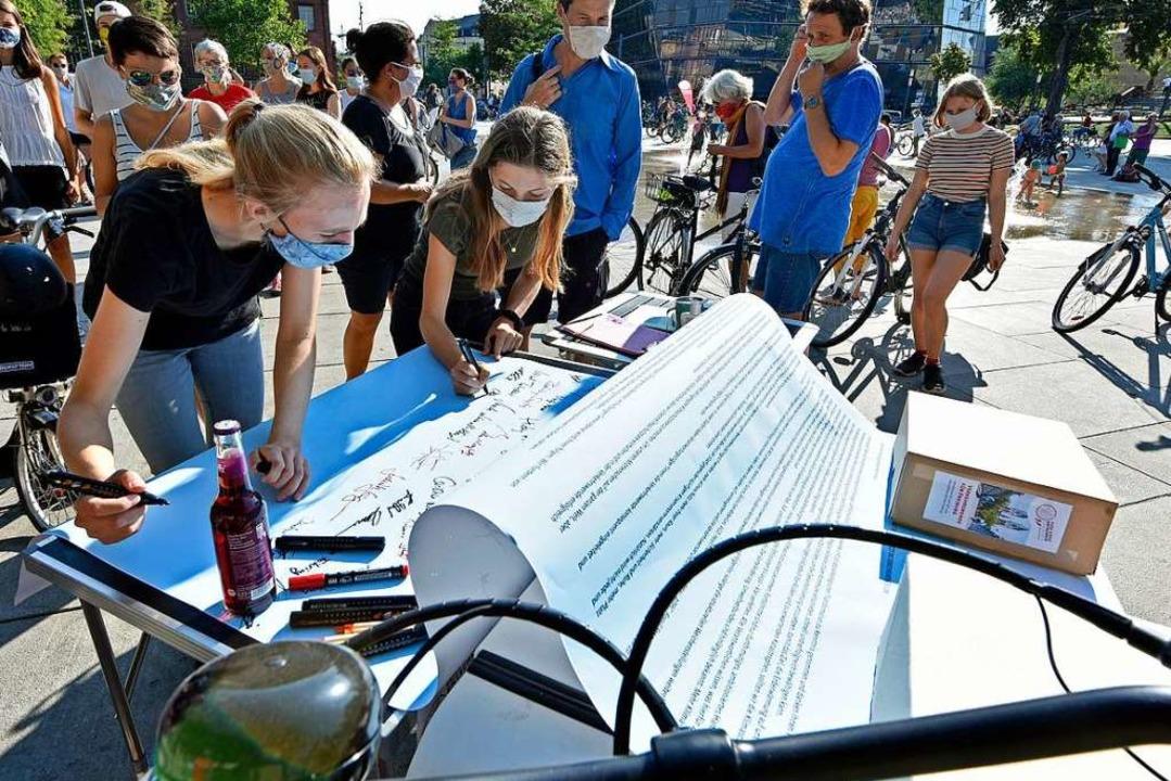 Auf dem Platz sammelte  die Initiative...nterschriften für ihre Bürgerbegehren.  | Foto: Michael Bamberger