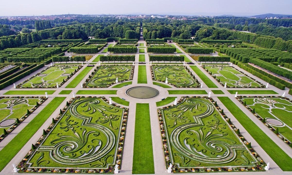 Herzstück: Der Große Garten ist aus de... Mittelpunkt  der Herrenhäuser Gärten.  | Foto: Julian Stratenschulte (dpa)