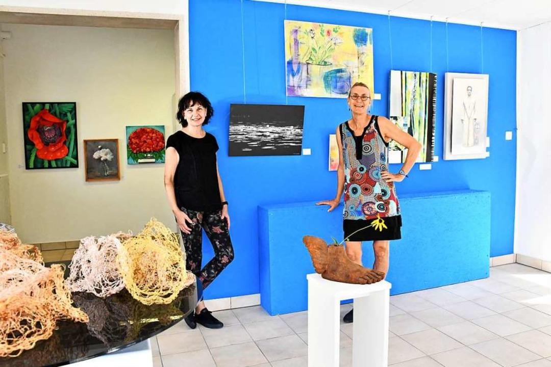 Ellen Mosbacher (links) und Marga Golz...Ausstellung des Vereins Bildende Kunst  | Foto: Barbara Ruda