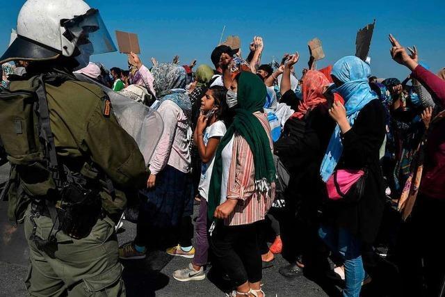 Griechische Polizei setzt Tränengas gegen Migranten auf Lesbos ein