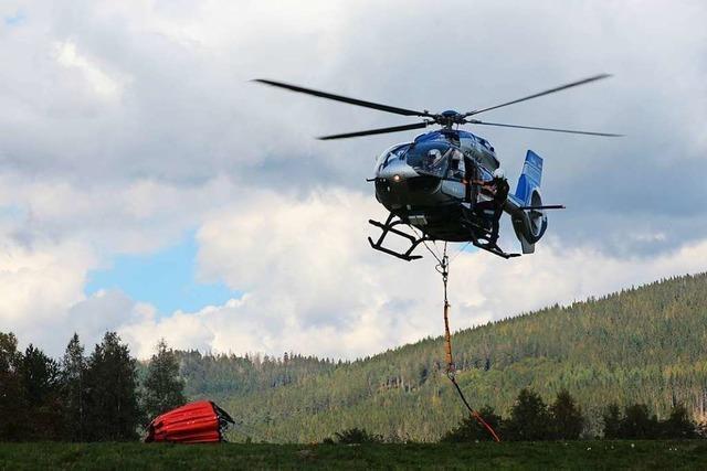 Polizeihubschrauber können jetzt auch Waldbrände löschen helfen