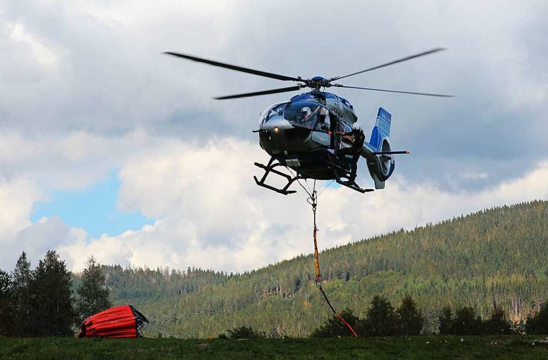Der eigens umgebaute  Polizei-Hubschra...ann einen Wasserbehälter aufnehmen,...  | Foto: Michael Saurer