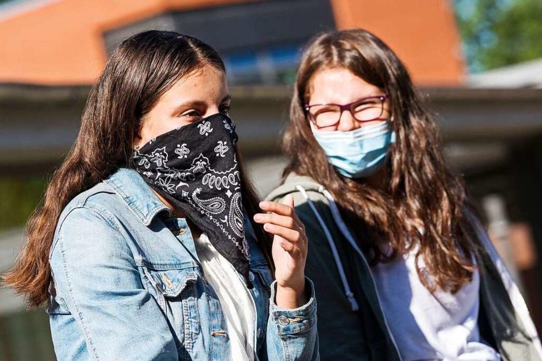 Auf den Gängen und den Pausenhöfen wei...hulen gilt Maskenpflicht (Symbolbild).  | Foto: Daniel Bockwoldt (dpa)