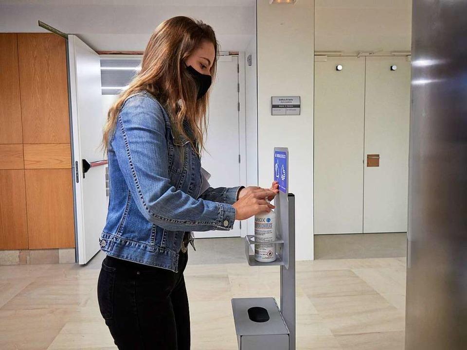 Regel Nummer Eins: regelmäßig Hände waschen und desinfizieren (Symbolbild).  | Foto: Eduardo Sanz (dpa)