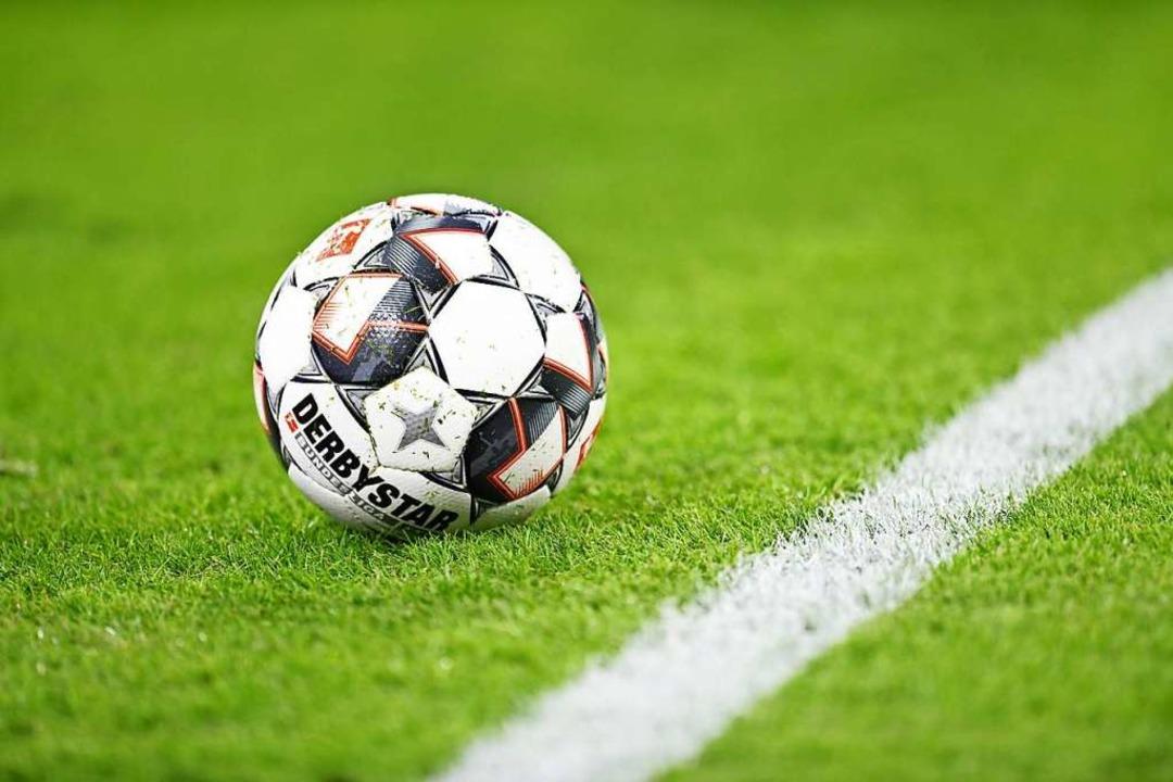 Das Pokalspiel zwischen SC Freiburg und SV Waldhof Mannheim wird angepfiffen.    Foto: Tobias Hase (dpa)