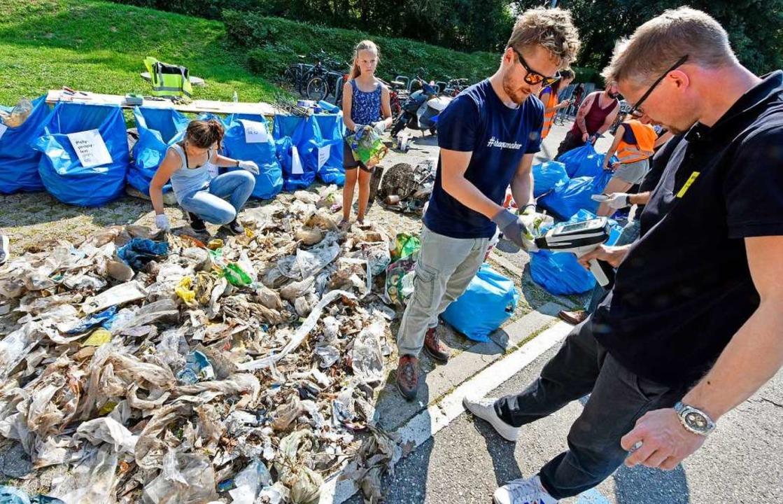 Mit einem Spezialgerät bestimmen die A...tzete die Art des Kunststoffs im Müll.    Foto: Michael Bamberger