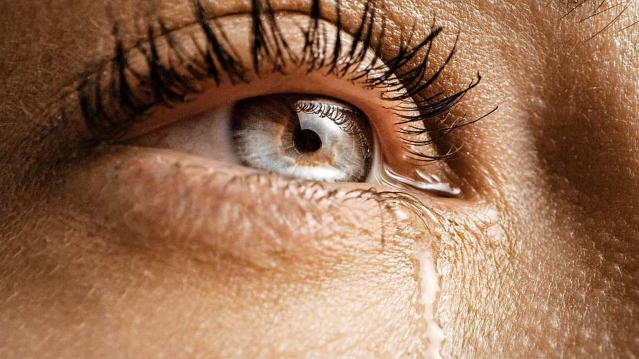 Weinen verbessert die Stimmung, förder...chgewicht und das soziale Miteinander.  | Foto: Gorodenkoff  (stock.adobe.com)