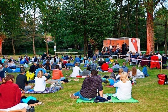 Rund 340 Menschen besuchen Konzert der Kirchzartener Band Fuß & Friends im Dreisambad