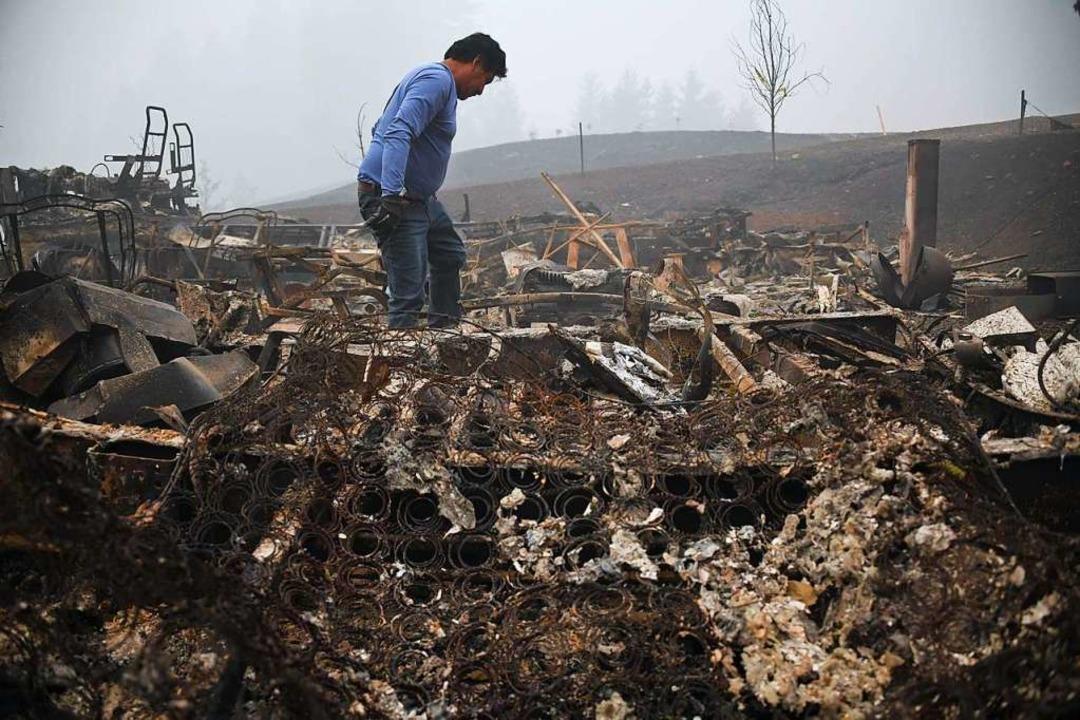 Ein Mann in den Trümmern seines Hauses in Estacada, Oregon.    Foto: ROBYN BECK (AFP)