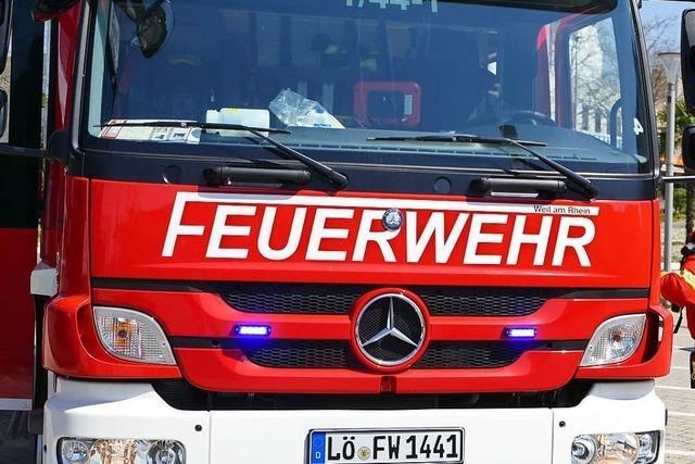 Mann stürzt im Gewerbepark Breisgau bei Hartheim mit Bagger in eine Grube und stirbt