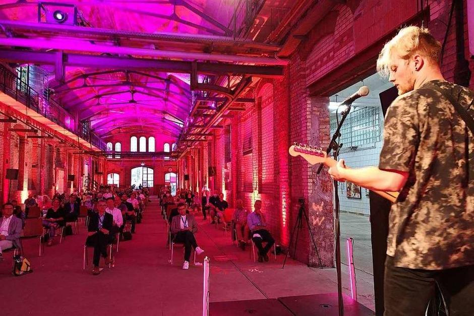 Canvas 22 heißt das künftige Zentrum für Kultur, Kreativwirtschaft und Start-ups. 68 Künstler, die sonst bei den offenen Ateliers teilgenommen hätten, haben sich an der Gemeinschaftsausstellung im ehemaligen Schlachthof beteiligt. (Foto: Ralf burgmaier, Armin Krüger)