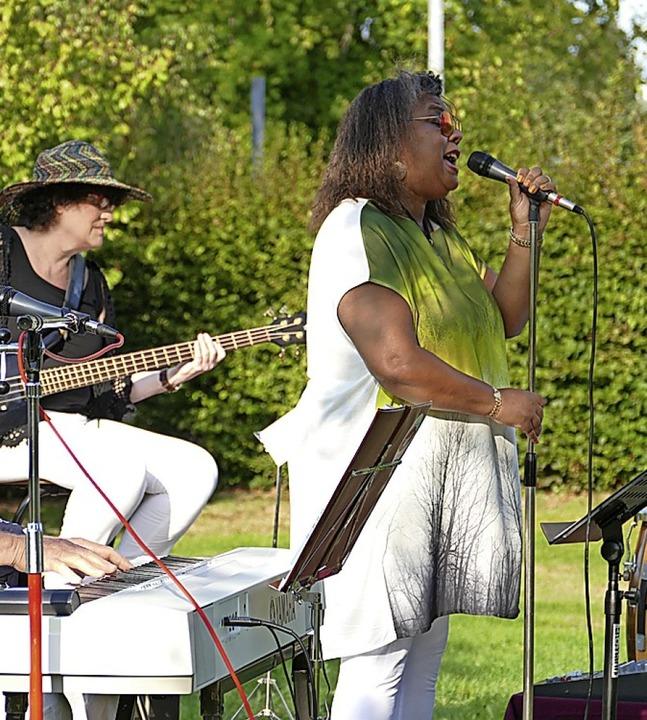 Sandy Williams (im Bild) und Steffi La...ten für Stimmung im Steinener Freibad.  | Foto: Martina David-Wenk