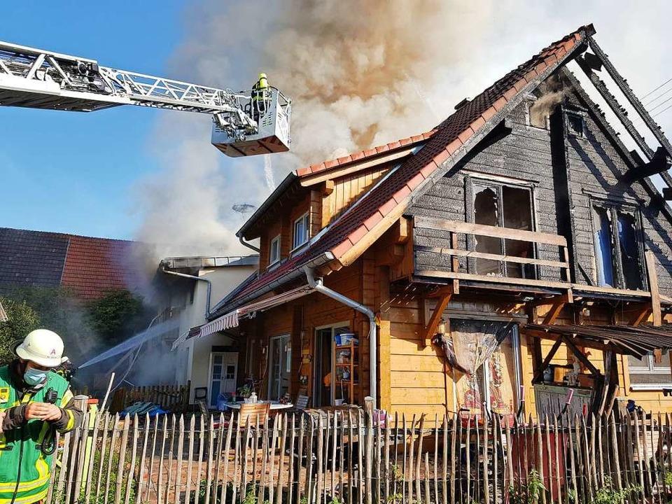 Trotz der Löscharbeiten durch starke E...te das Feuer im Haus immer wieder auf.  | Foto: Wolfgang Künstle