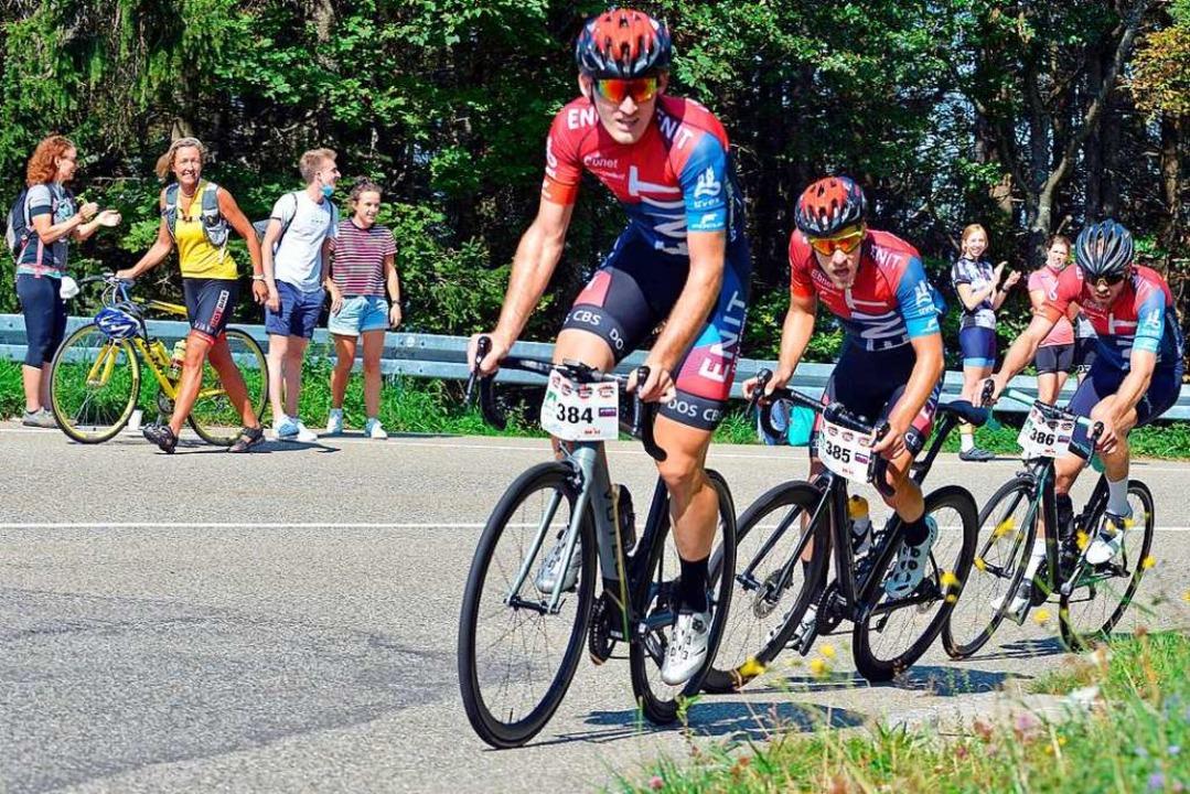 Mit genügend Abstand feuern  Zuschauer...en Strecke zum Schauinslandgipfel an.   | Foto: Michael Bamberger