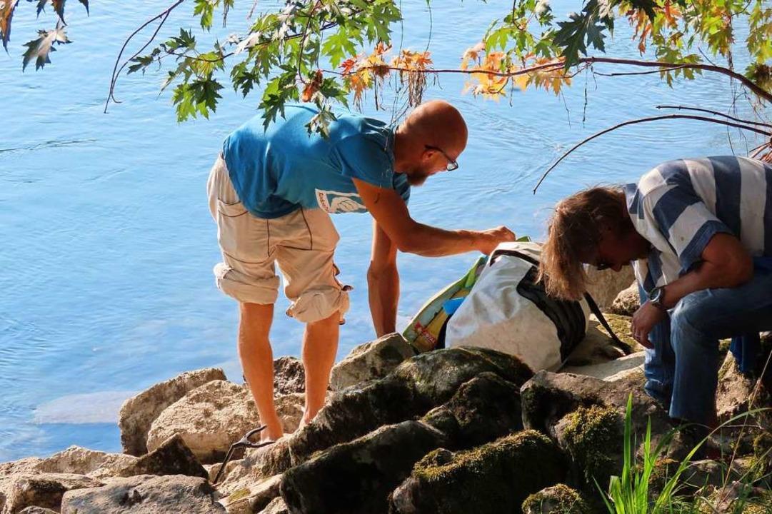Akribisch sammeln die Helfer am Bad Säckinger Rheinufer Kippen ein.    Foto: Gerd Leutenecker