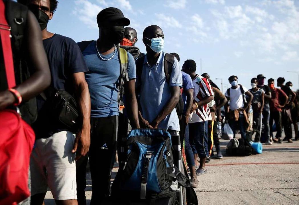 Menschen stehen vor dem neuen Lage Schlange.  | Foto: John Liakos (dpa)