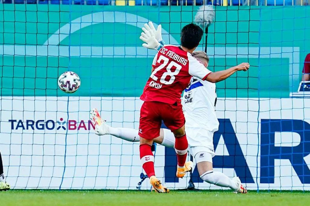 Chang-hoon Kwon (vorne) platziert den ...t Jan-Christoph Bartels vorbei zum 0:1  | Foto: Uwe Anspach (dpa)