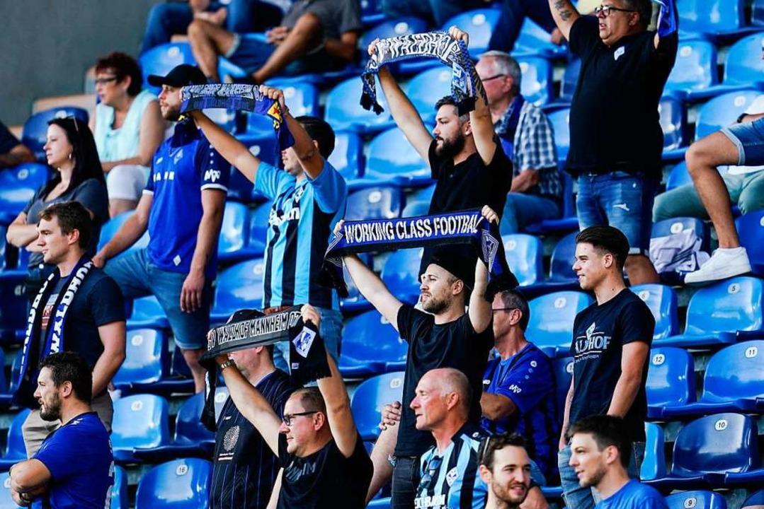 Die Mannheimer Fans unterstützen ihre Mannschaft  | Foto: Uwe Anspach (dpa)