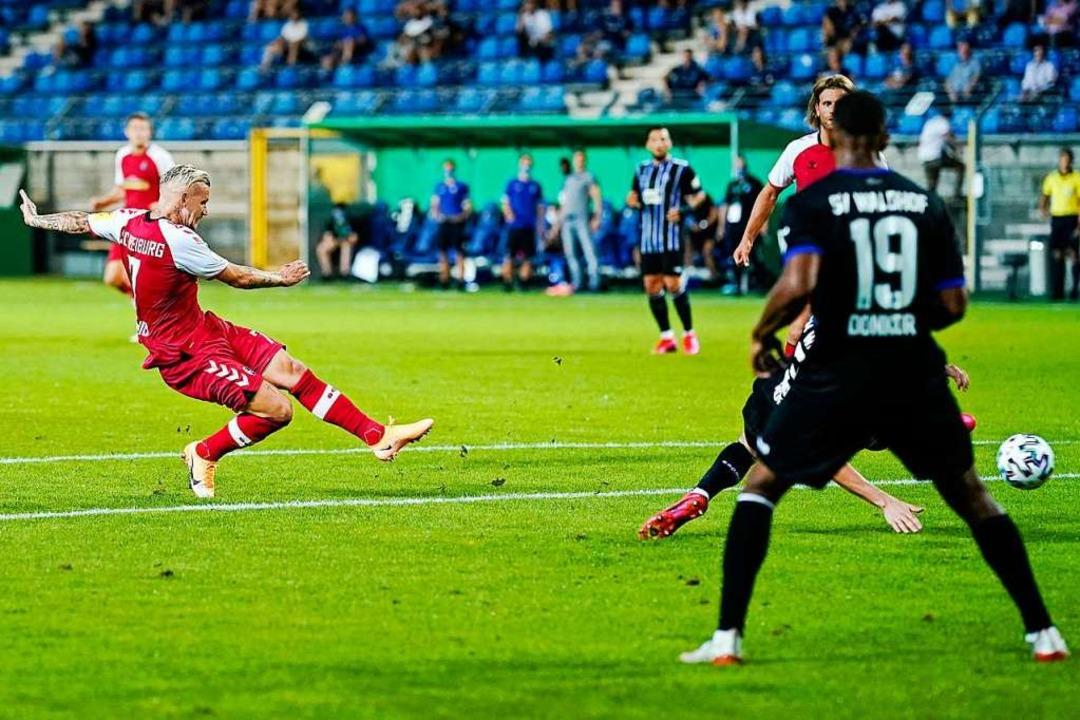 Der Siegtreffer für den SC Freiburg: J...eeren Rängen mit links ab – 2:1.  | Foto: Uwe Anspach (dpa)