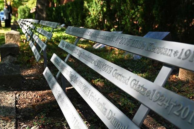 Namensbänder auf Freiburgs Hauptfriedhof erinnern an Diakonissen