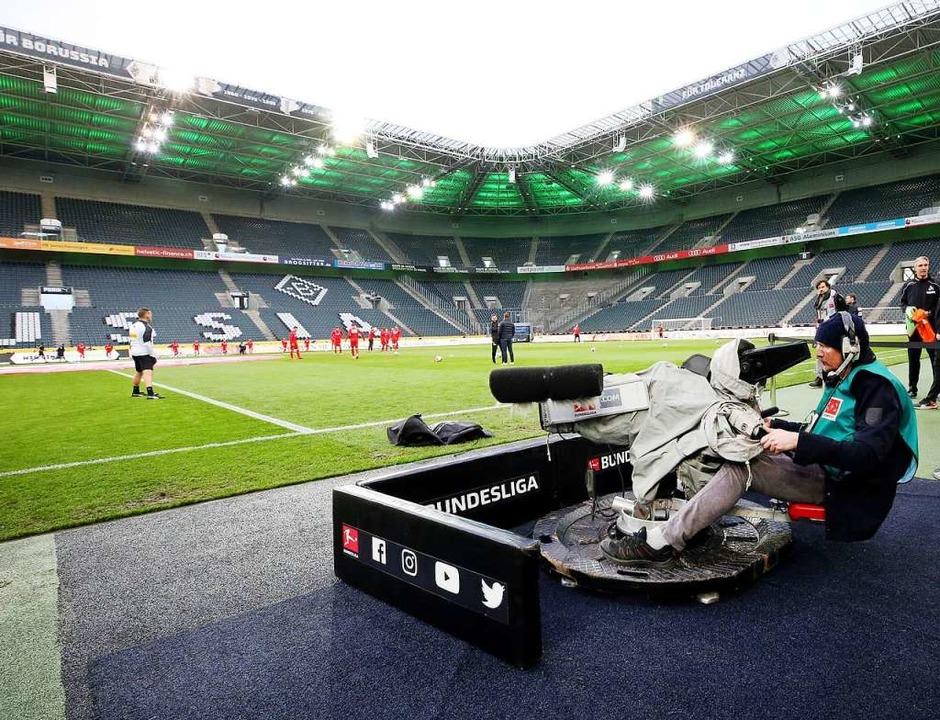Für die Spielzeiten 2021/22 bis 2024/2... insgesamt 4,4 Milliarden Euro erlöst.  | Foto: Roland Weihrauch (dpa)