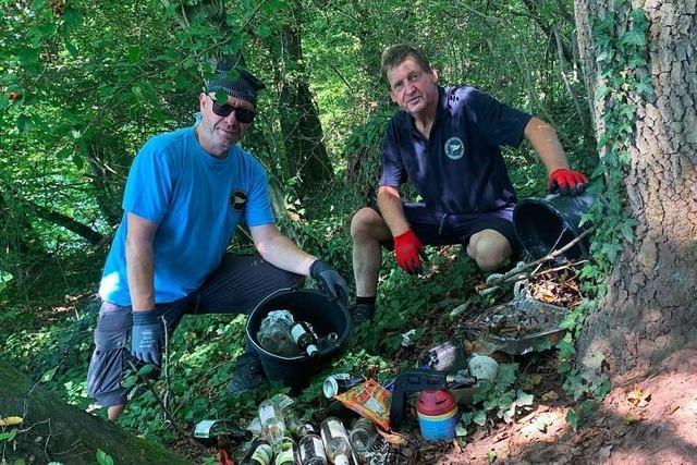 Rheinfelder sammeln säckeweise Müll am Rhein ein