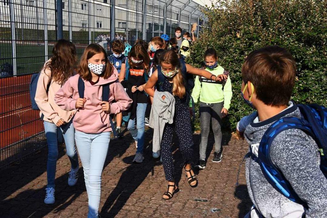 Pause im Klassenverband: Die Sechstklä... auf dem Weg zurück in den Unterricht.  | Foto: Robert Bergmann