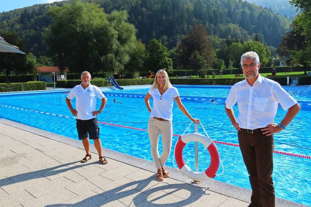 Bademeister Gerd Tscheulin (links), di...bad ihr Resümee der Schwimmbadsaison.   | Foto: Gerd Leutenecker