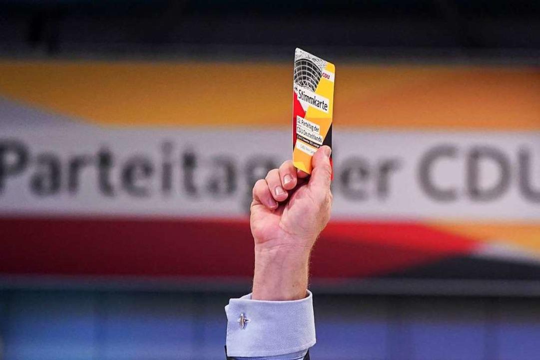 Delegierter beim 32. Bundesparteitag der CDU in Leipzig.  | Foto: Kay Nietfeld (dpa)