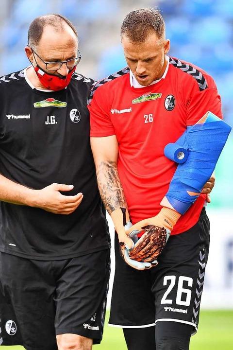 Mark Flekken verletzte sich am Sonntag...sarzt  Jochen Gruber vom Feld geführt.  | Foto: Achim Keller/SC Freiburg