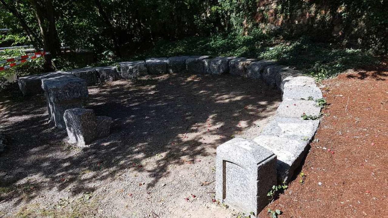 Wie ein kleines Amphitheater  mutet di...r Natursteinbrocken im Schulgarten an.    Foto: Susanne Bremer