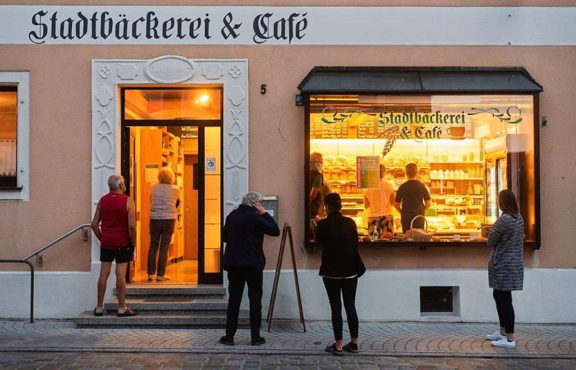 Frische Brötchen gibt es wieder in Wolframs-Eschenbach.  | Foto: Nicolas Armer (dpa)