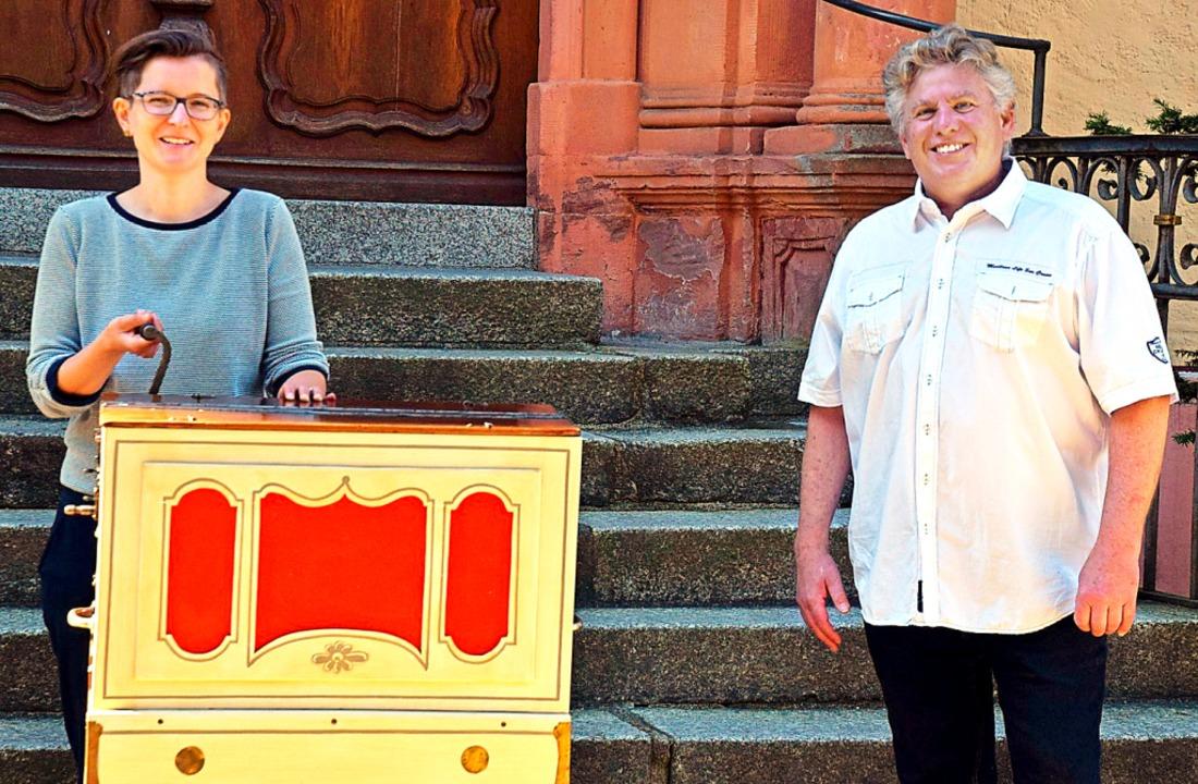 Museumsleiterin Angela Witt-Meral und ...enschaft: die Dreigroschenoper-Orgel.   | Foto: Hubert Bleyer