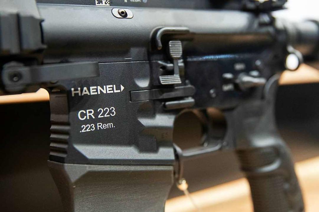 Ein Gewehr in ziviler Ausführung des d...t, Outdoor und Sicherheit ausgestellt.  | Foto: Daniel Karmann (dpa)