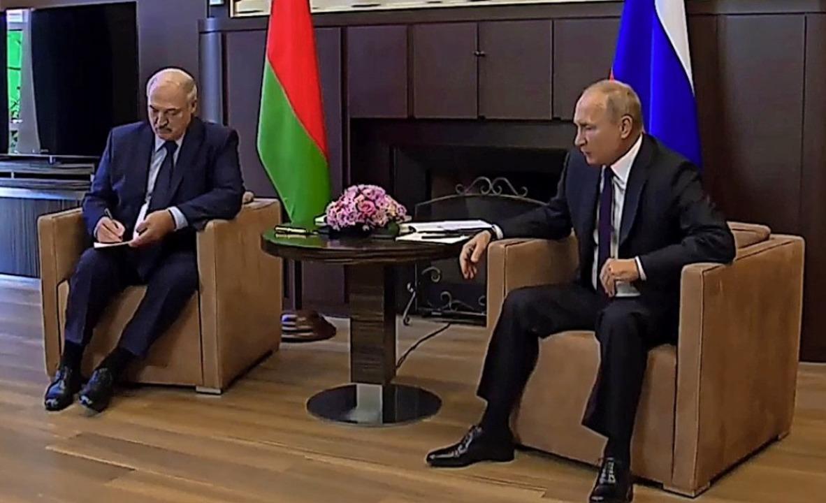 Dieser Video-Screenshot zeigt  Alexand...mir Putin bei ihrem Treffen in Sotschi    Foto: --- (dpa)