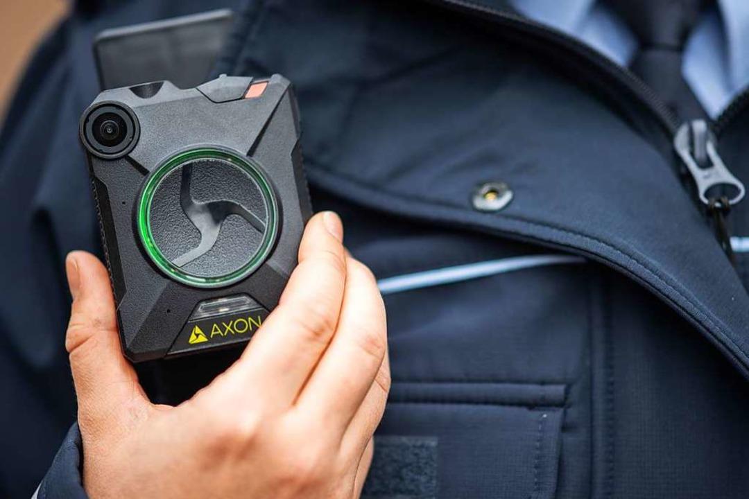 Mit Körperkameras sollen Polizisten in...ismittel im Verfahren verwendbar sind.  | Foto: Sebastian Gollnow (dpa)
