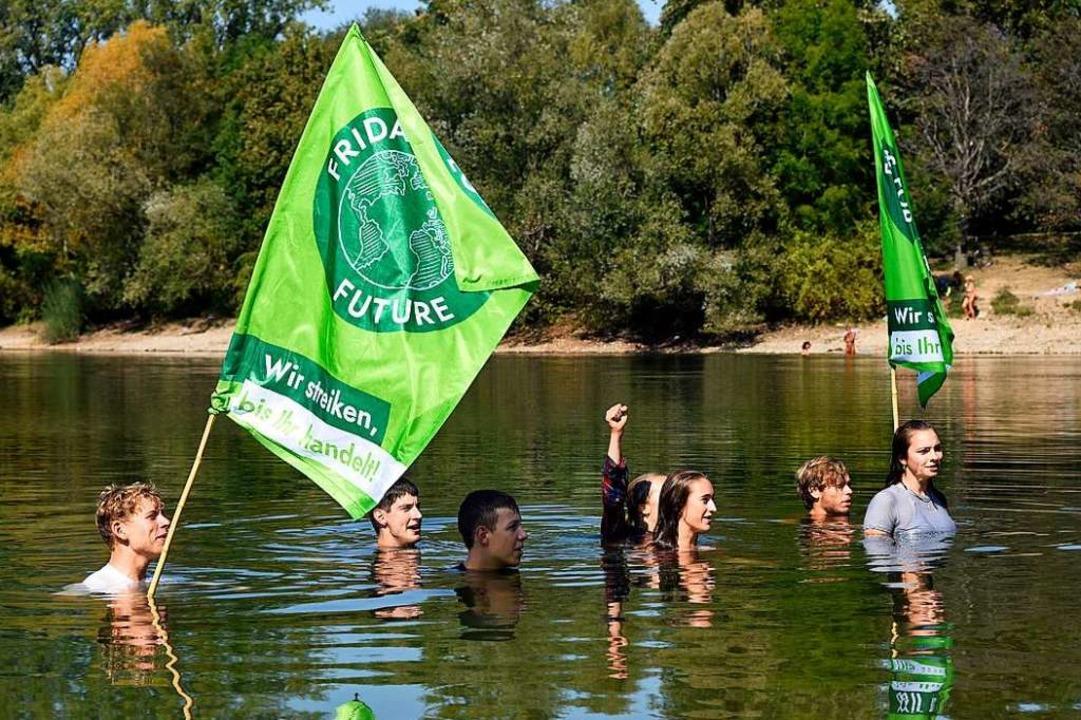 Das Wasser steht bis zum Hals: Aktion von Fridays for Future  | Foto: Thomas Kunz