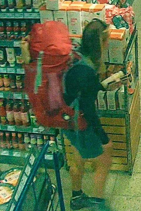 Dieses Bild zeigt die vermisste Frau a...ndens in einem Supermarkt in Todtmoos.  | Foto: Polizei Bad Säckingen
