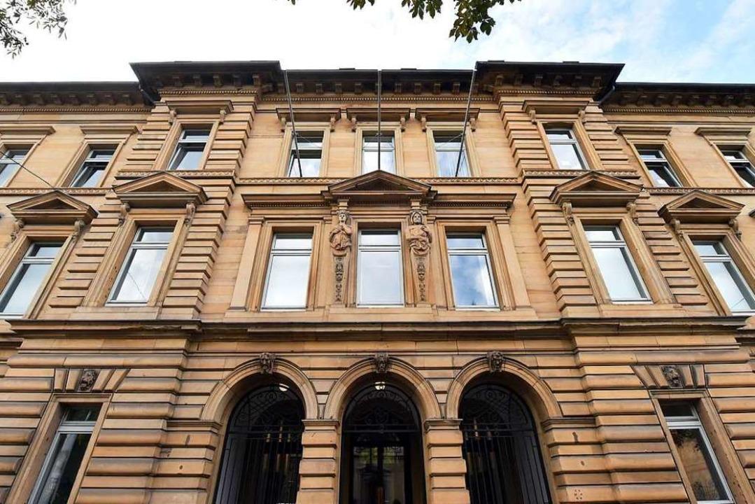 Vor dem Landgericht in Karlsruhe wird ...relevante Delikte begangen haben soll.    Foto: Uli Deck