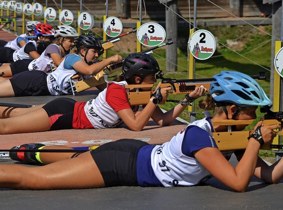 Dicht an dicht:  Biathletinnen beim Wettkampf im Schönwälder Weißenbachtal   | Foto: Helmut Junkel