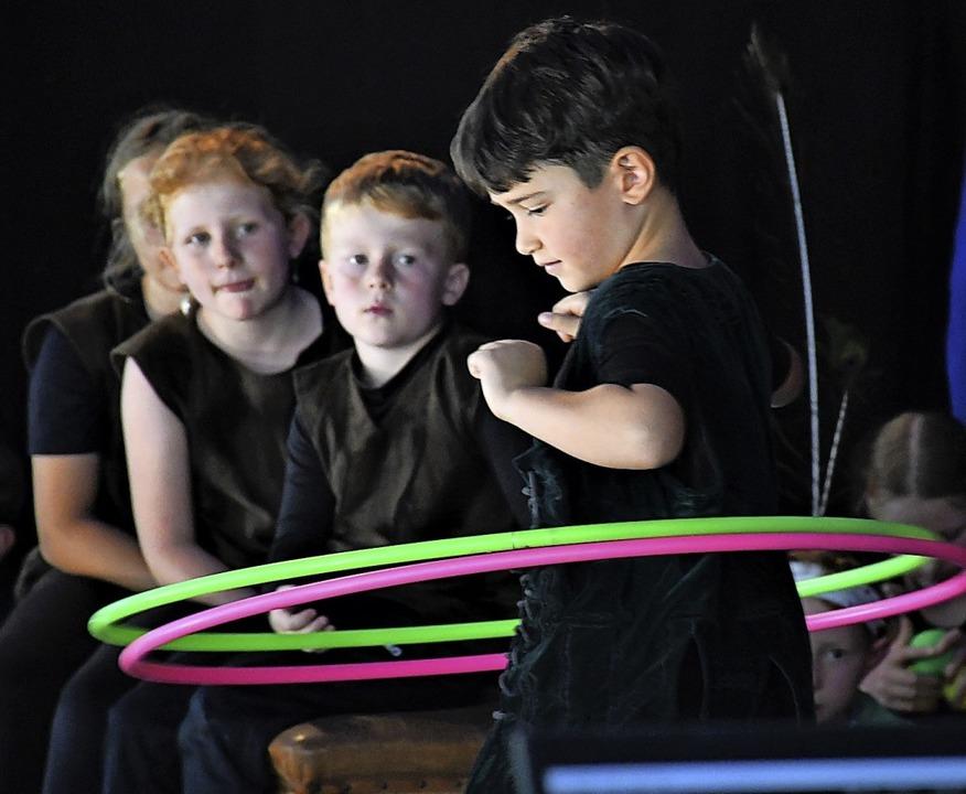 Geschickte Nachwuchsartisten mit  Hula-Hoop-Reifen   | Foto: Barbara Ruda